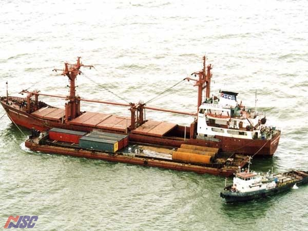 Unloading onto pantoons and barges. Towing large-size cargo barges.